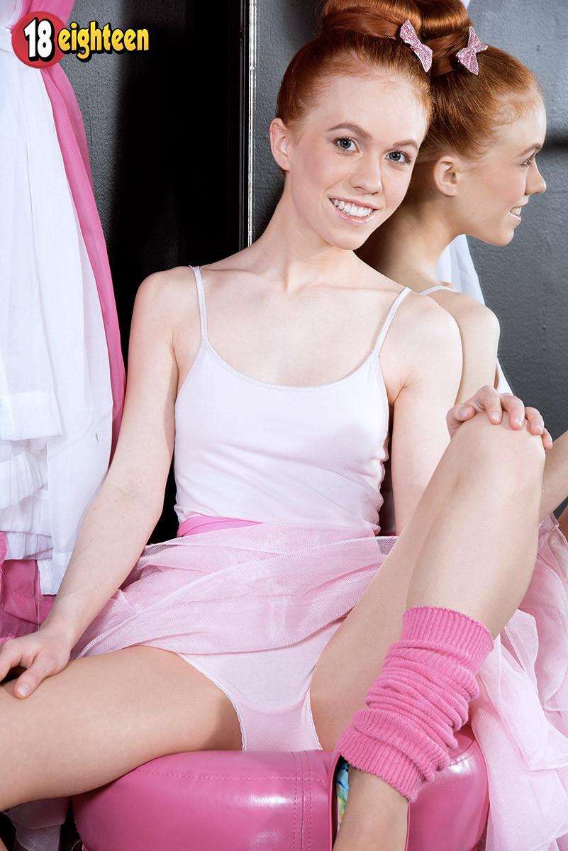 Восемнадцатилетняя длинноволосая балерина показала сиськи и узенькую ...