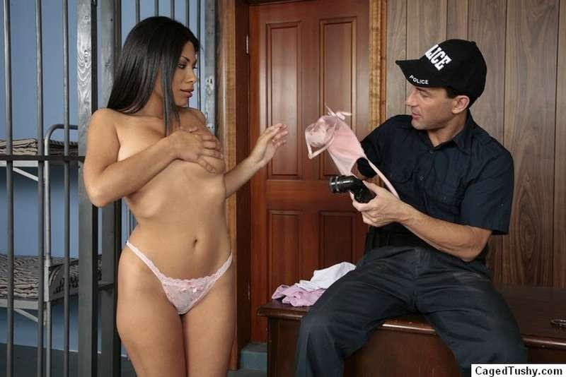 Темнокожая преступница получает удовольствие от того, как полицейский засовывает ей палец в пизду