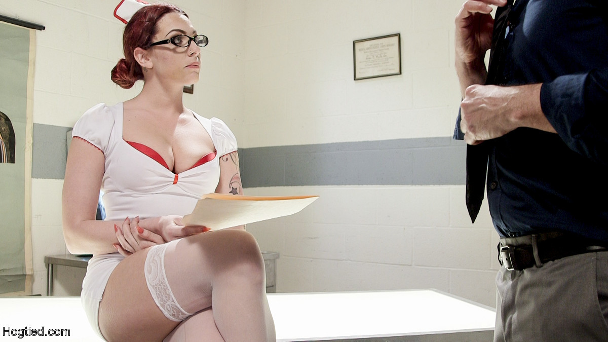 Медсестра познакомилась с мужиком в библиотеке и пригласила его зайти к себе на работу. В результате ее связали и трахнули вибратором