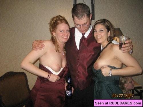 Голые девки развлекаются: играют в бильярд, напиваются в барах и не прочь, чтобы их лапали
