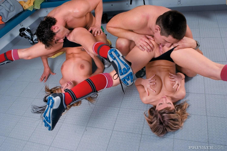 Две сисястые черлидерши отсасывают и дают в жопу парням из команды и получают сперму на рот