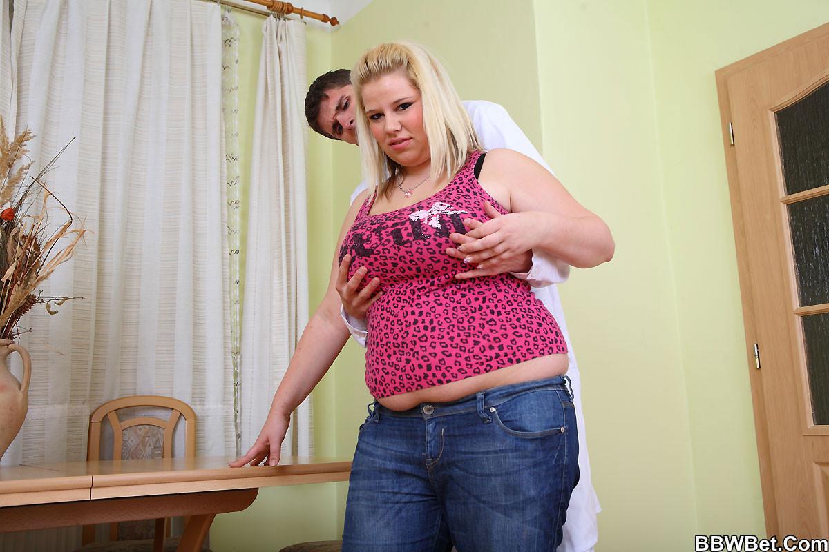 Толстушка ебется верхом на парне который не комплексует с размерами