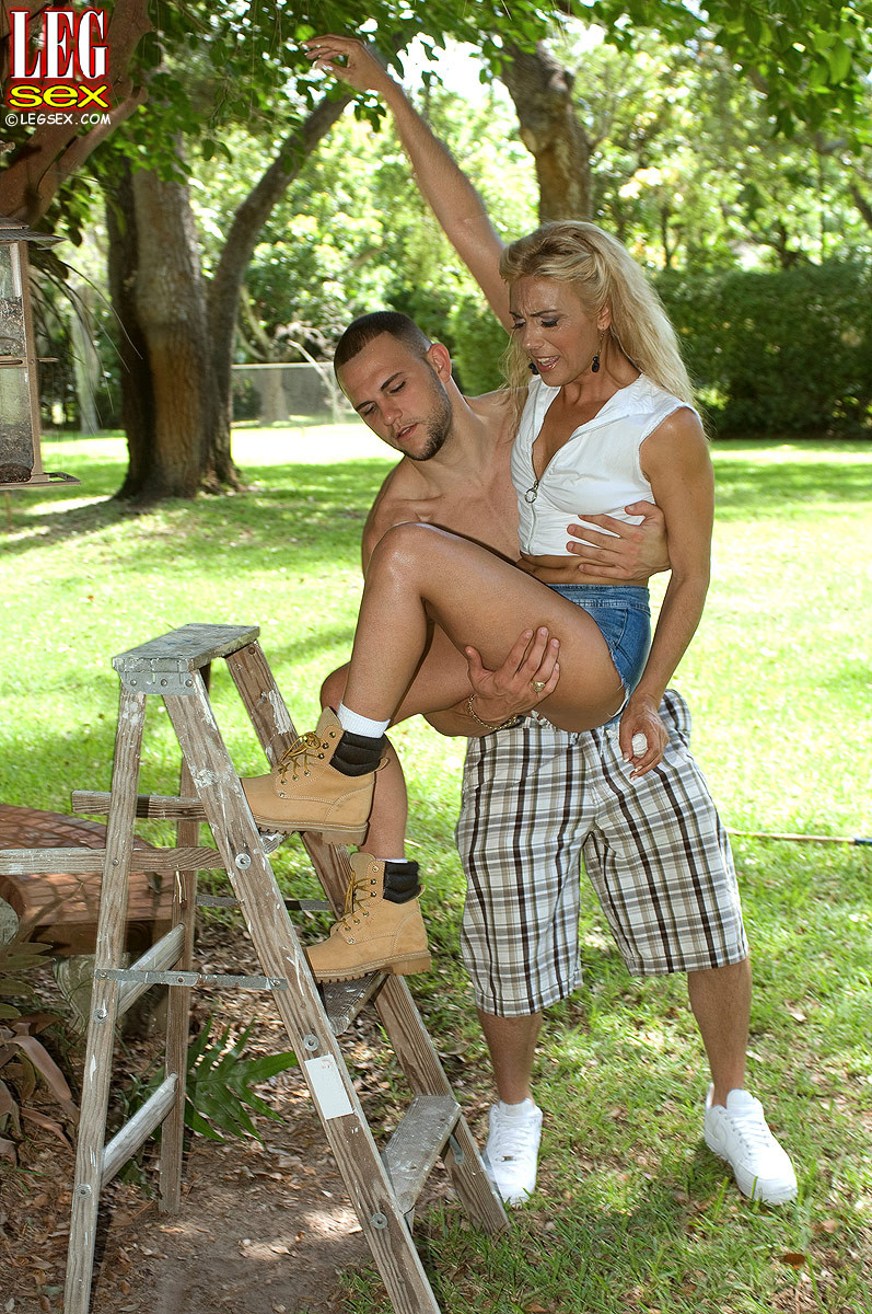 Жазелла Мур подставляет свои ножки для поцелуев, а затем ласкает стопами член молодого человека