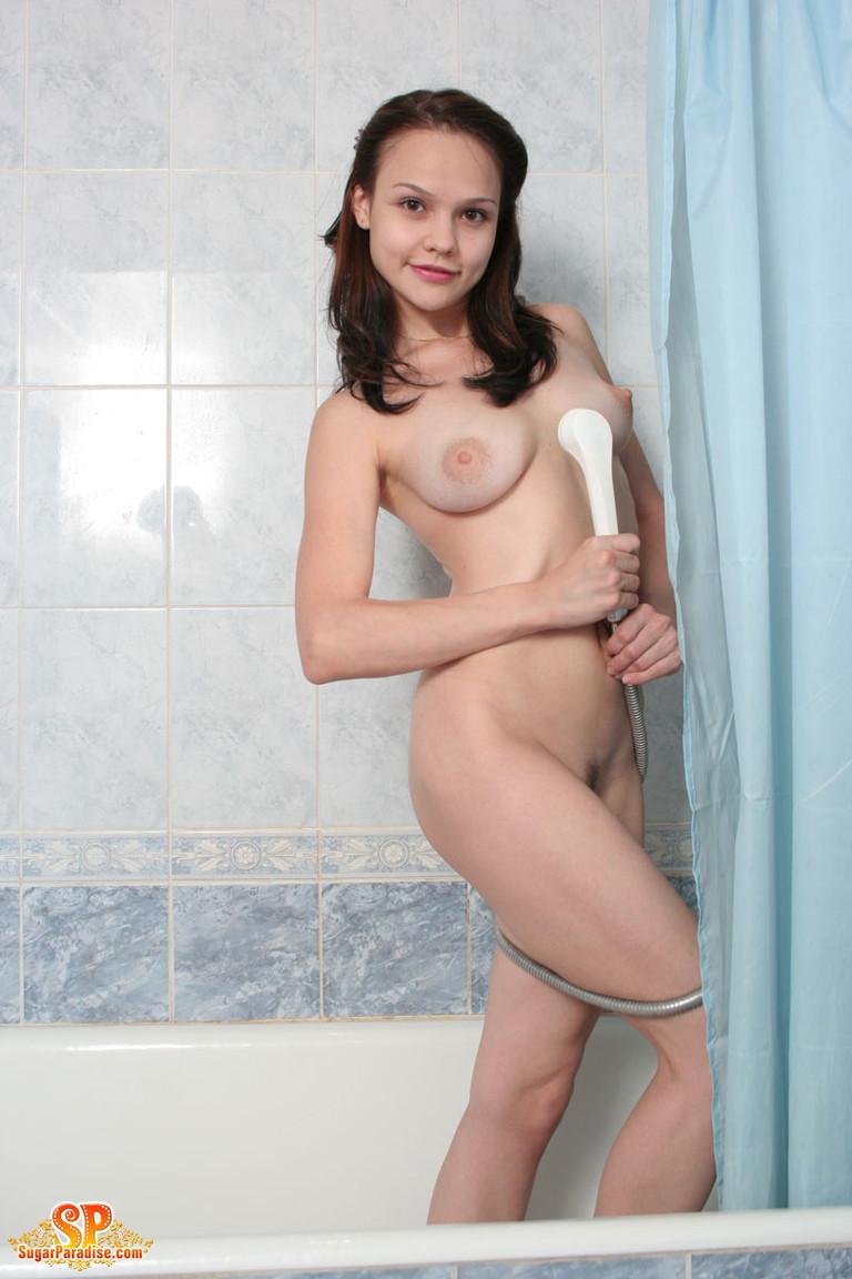 Молоденькая телочка моется под душем и разрешает за собой подглядеть всем, кто хочет