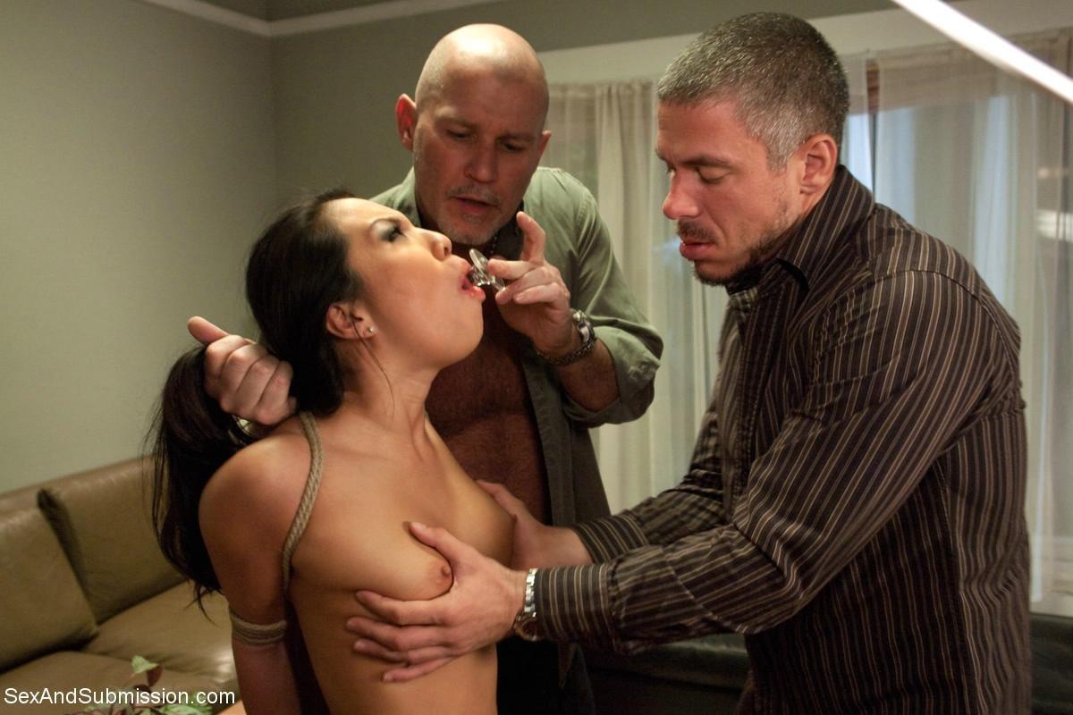 Аса связывается с непонятными мужиками, которые связывают ее и устраивают настоящее БДСМ