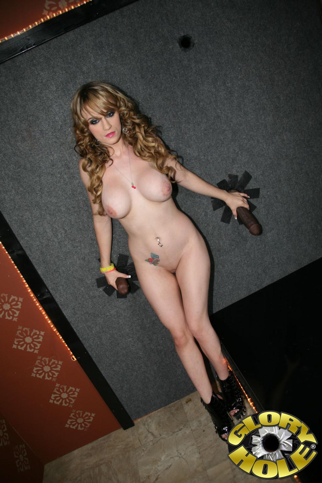 Кучерявая блондинка Мики пристав раком засунула себе в вагину член