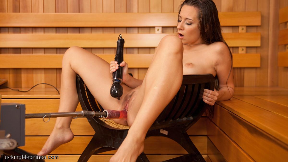 Кэссиди Кляйн – брюнетка с натуральной фигуркой, которая испытывает на себе действие сексуальной машины