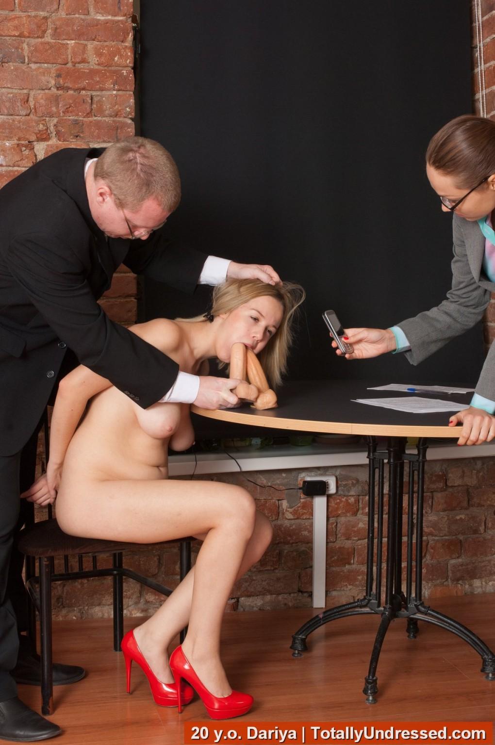Озабоченный бос со своей секретаршей занимается развратом с незнакомкой