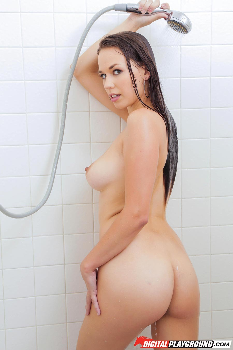 Мэди Мидоус моется под душем и показывает свое обнаженное тело под струями воды