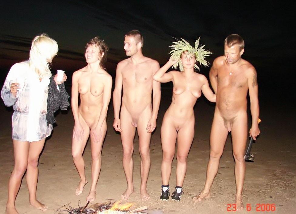 Развлечения нудистов на пляже: огромное количество больших членов и сексуальных фигур