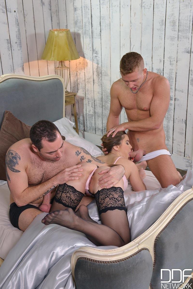 Девушка не ожидала, что с двумя членами может быть так хорошо и расслабляется до предела