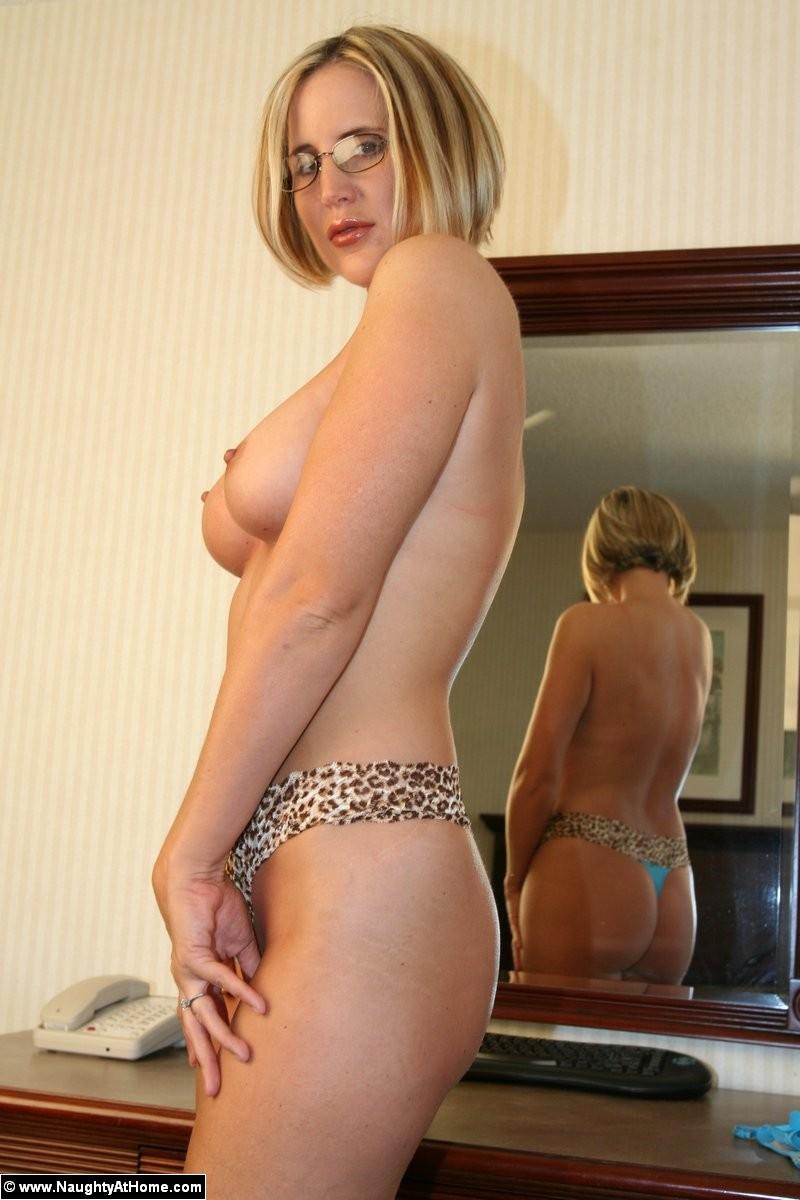 Опытная дамочка показывает хорошо сохранившееся тело, вставая перед камерой в соблазнительные позы