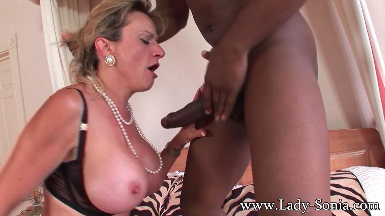 Леди Соня обожает секс, поэтому старательно делает минет темнокожему мужчине с огромным членом
