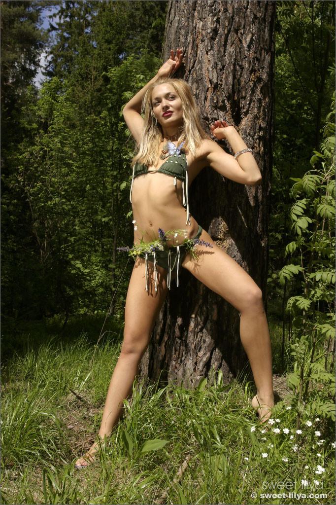 Худая блондинка разделась в лесу
