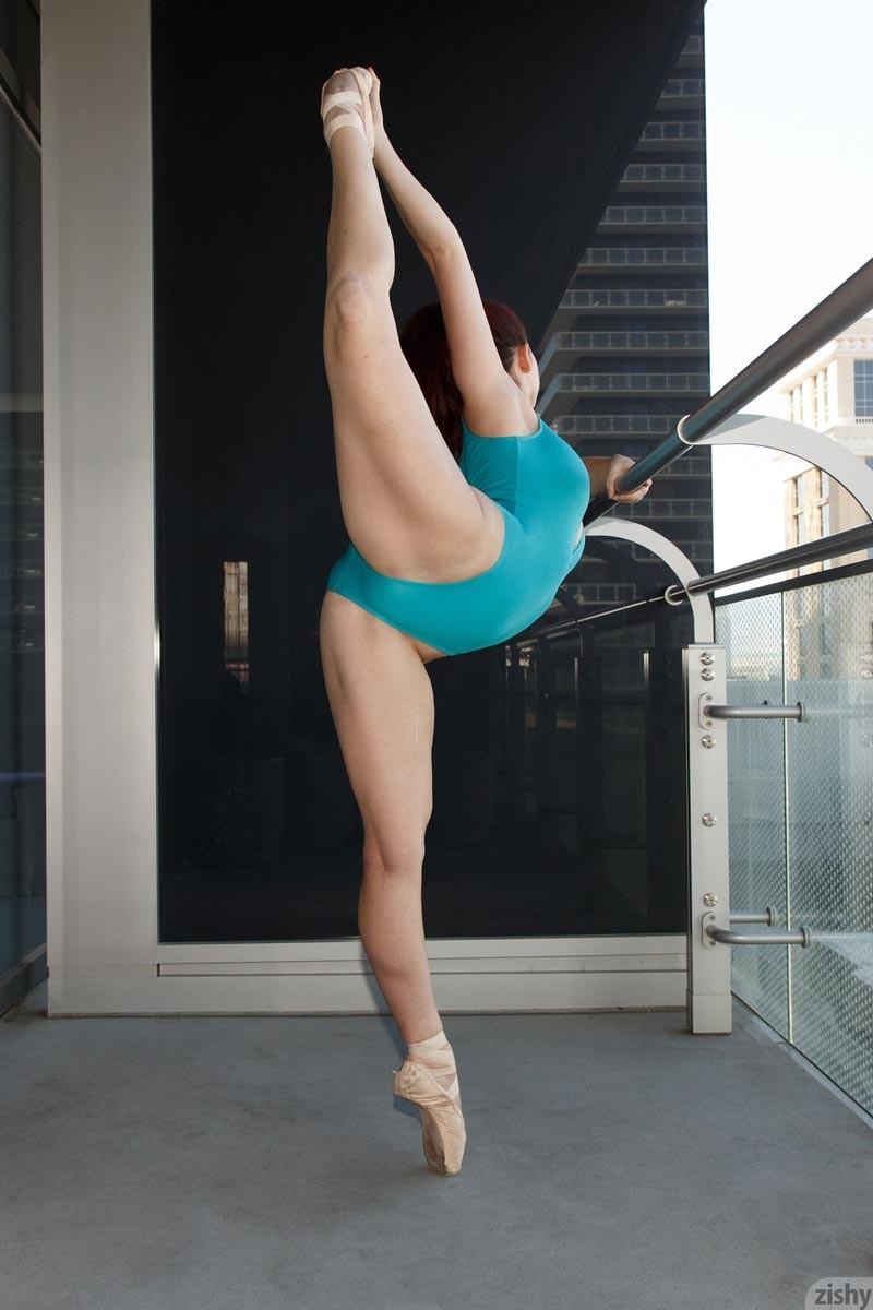 Зиши готова показывать свое красивое тело сквозь прозрачную тюль и демонстрирует свою гимнастическую подготовку