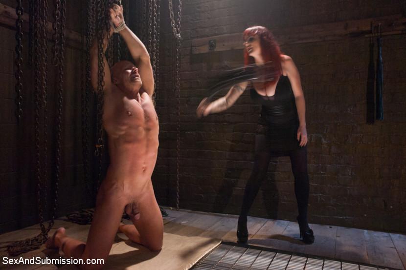 Изо всех мускулистый чувак пердолит рыжеволосую девушку с большими дойками