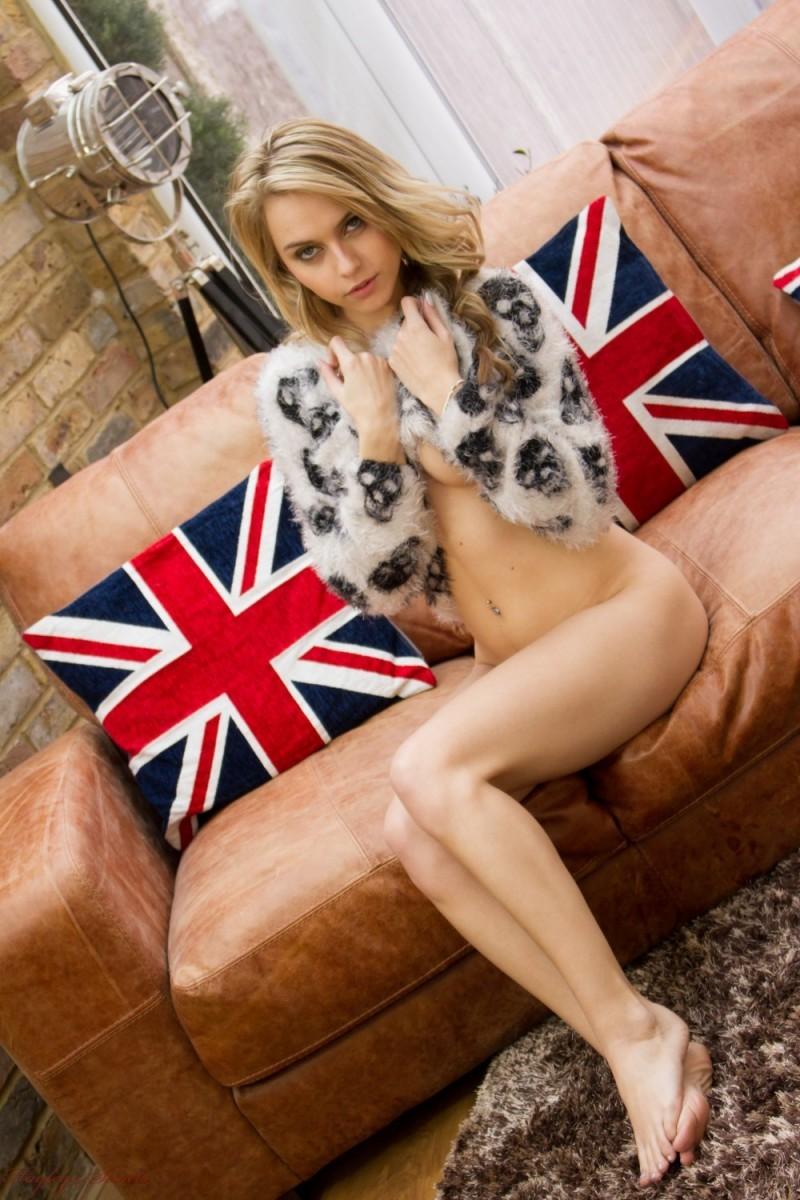 Хлоя Той – красивая блондинка, которая снимает с себя всё и демонстрирует молодое тело без одежды