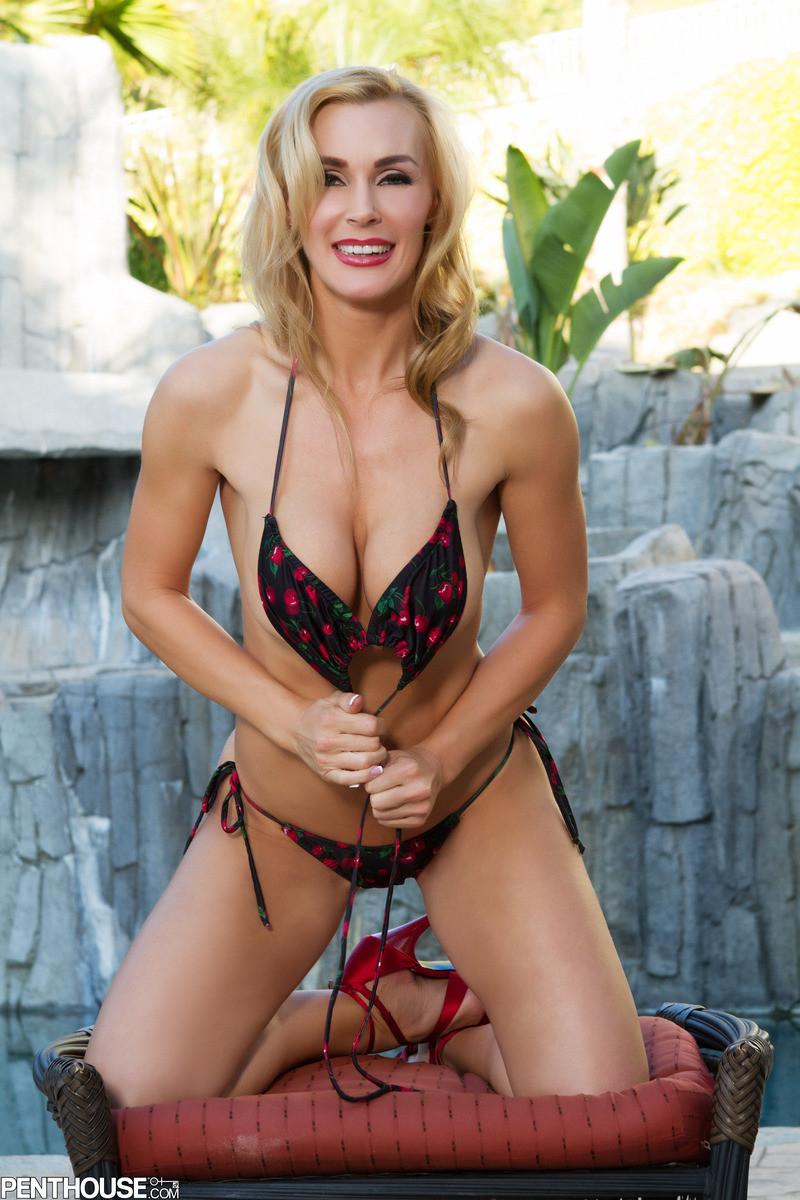 Красавица Таня Тейт в купальнике долго извивалась перед камерой на пуфике, а потом запустила пальцы себе в пизду