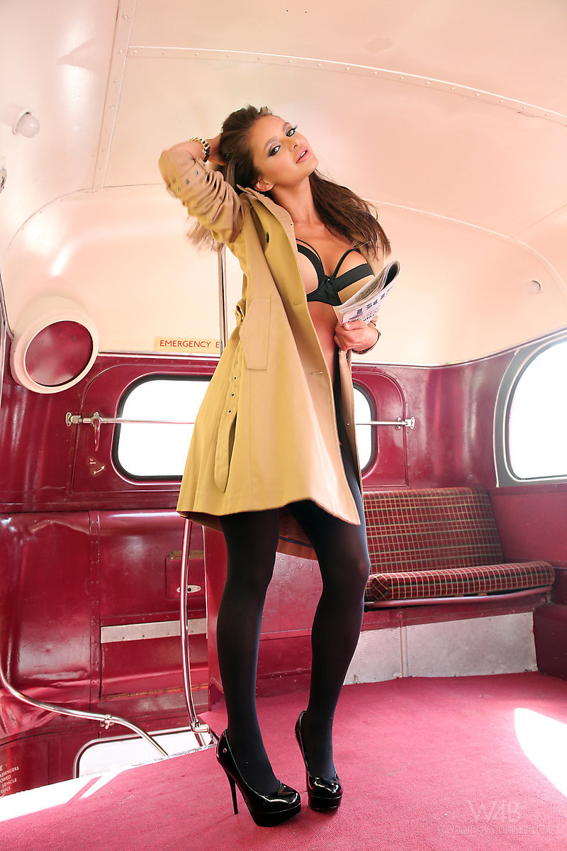 Сексапильная модель эротично позирует в пустом автобусе