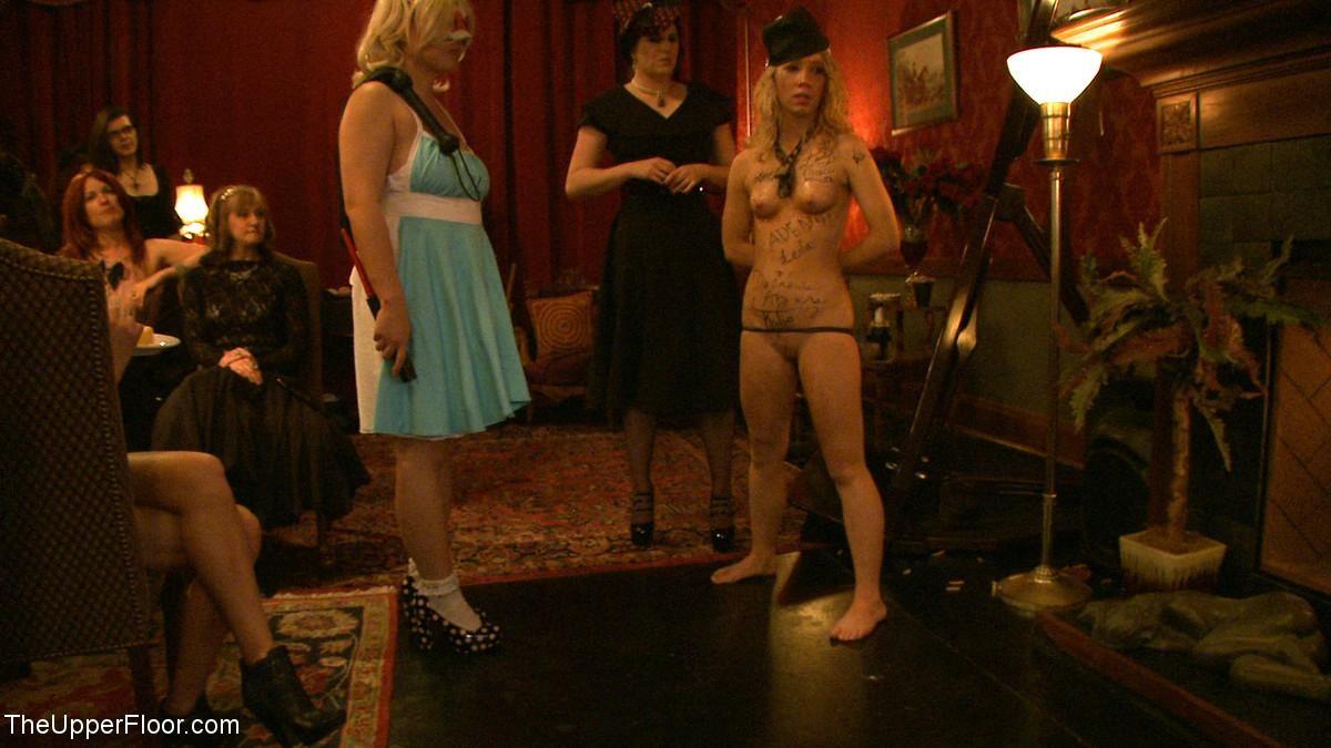 Девушка готова на множество унижений - ей нравятся различные эксперименты со своим телом