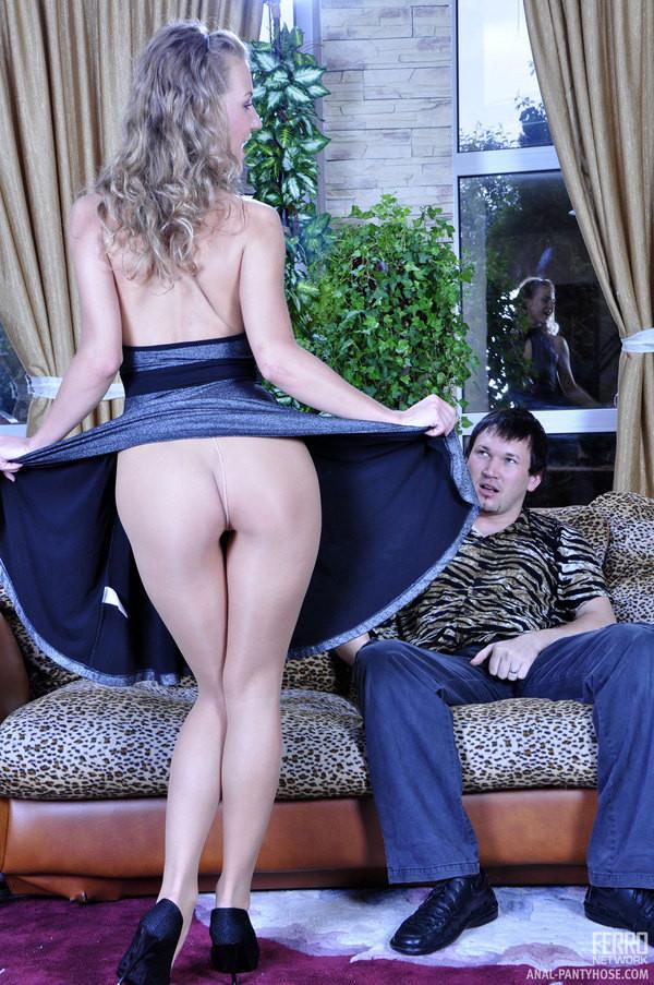 Барбара не снимает колготки во время секса, потому что ее партнера возбуждает такой вид