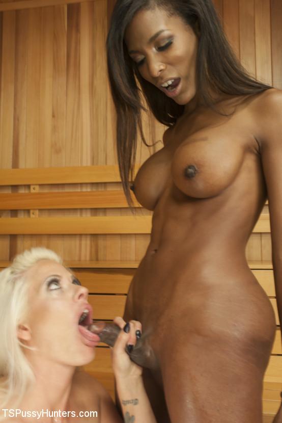 Темнокожая брюнетка оказывается мужчиной и устраивает хороший трах своей подружке-блондинке