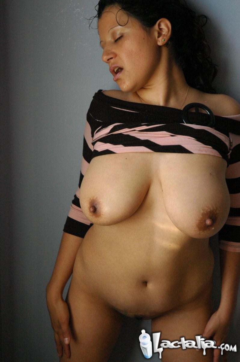 Зрелая женщина показывает всем свою большую грудь и старательно ласкает ее, а затем облизывает язычком