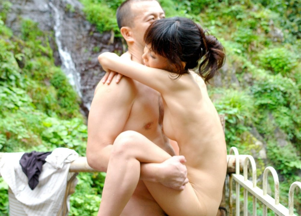 Горячие японские парочки занимаются сексом прямо в воде и получают удовольствие от этого разврата