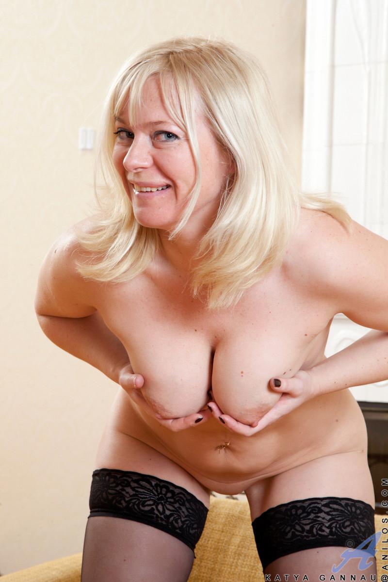 Катя уже достаточно зрелая женщина, но она все еще чувствует себя сексуальной для фотосессии