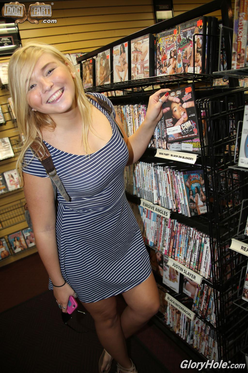 Блондинка после библиотеки занимается сексом с соседом через дырку в стене