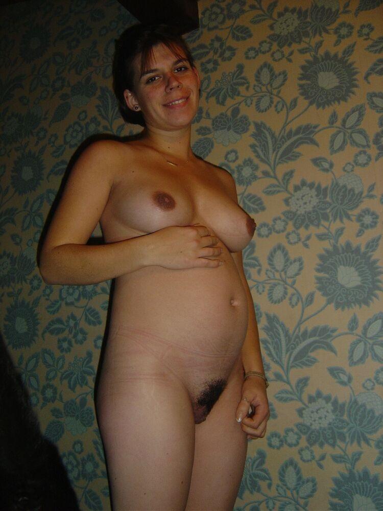Беременные телочки ничего не стесняются – они с удовольствием раздеваются для всех любопытных мужчин