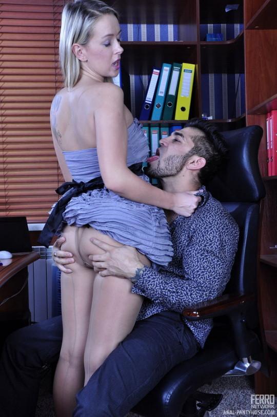 Новая секретарша оказалась блядью и дала своему шефу в жопу, предварительно смачно отсосав у него