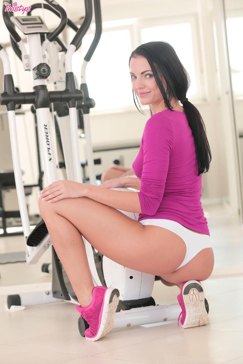 Сексуальная брюнетка занимается спортом, а затем раздевается и показывает свое стройное тело