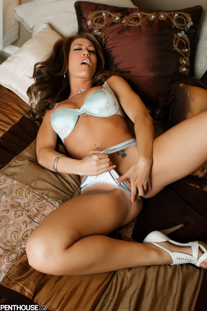 Капри Каванни демонстрирует сексуальное тело в соблазнительном белье и играет с вибратором