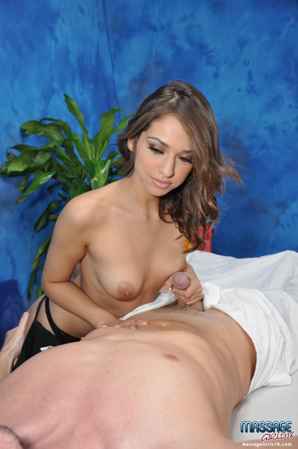 Классная массажистка для мужского члена идеально выполняет свою работу