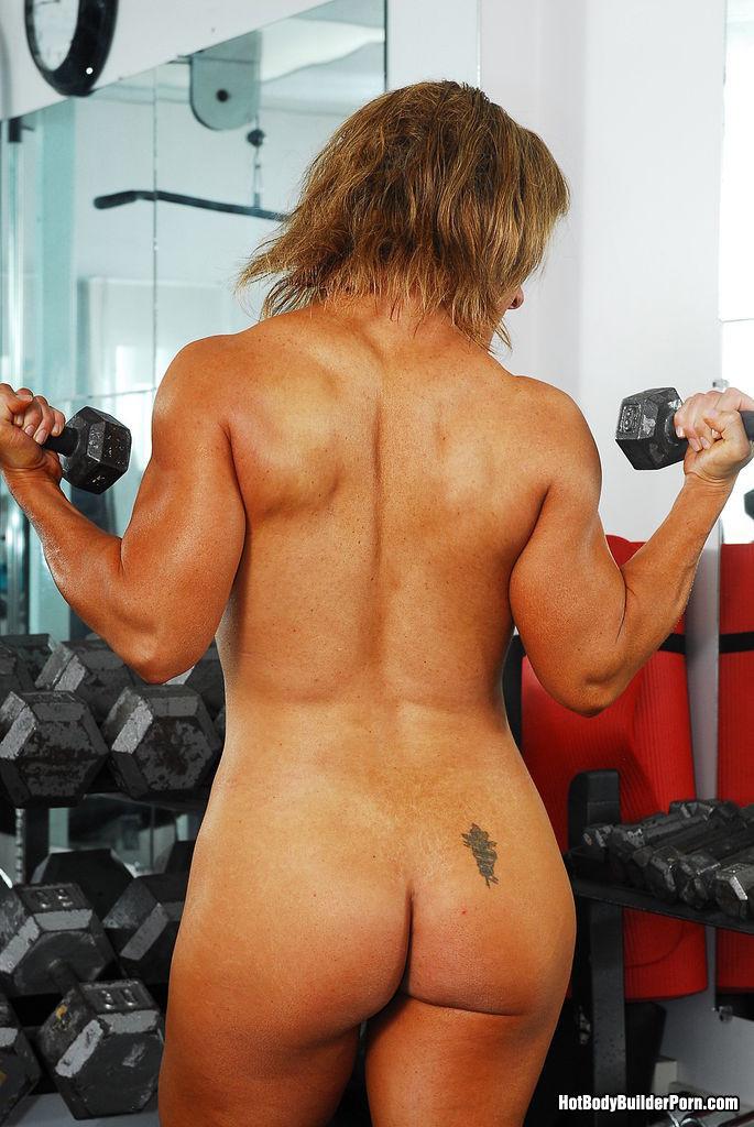 Тело этой женщины очень атлетично - она занимается бодибилдингом, но и про секс не забывает