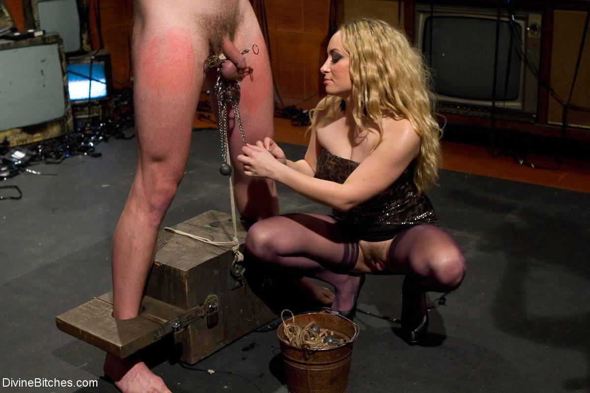 Жестокая ебля блондинистой стервы которая обожает анархию в сексе