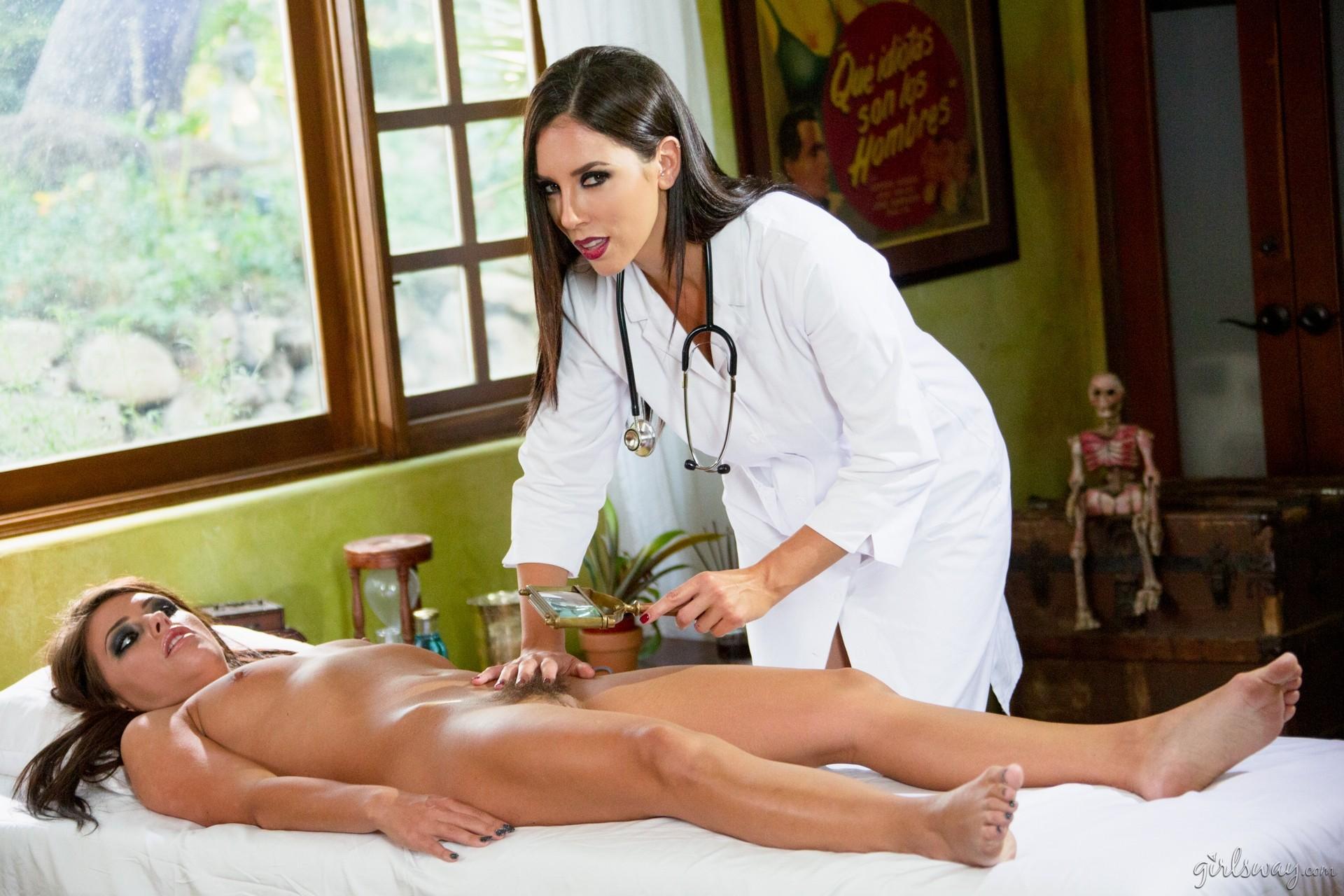 Симпатичная врачиха показывает пациентке, как можно расслабиться и самостоятельно получить удовольствие