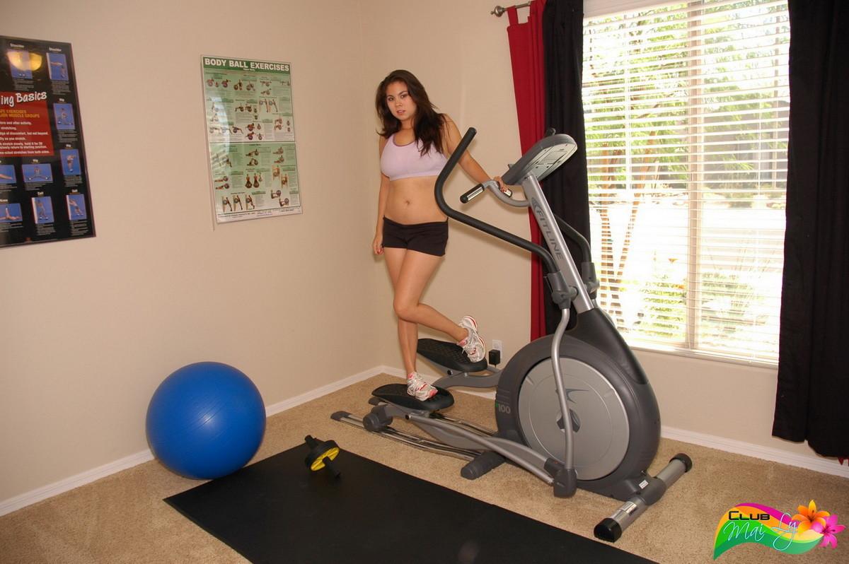 Девушка занимается спортом, а затем решает устроиться на коврике и ласкать свое аппетитное тело
