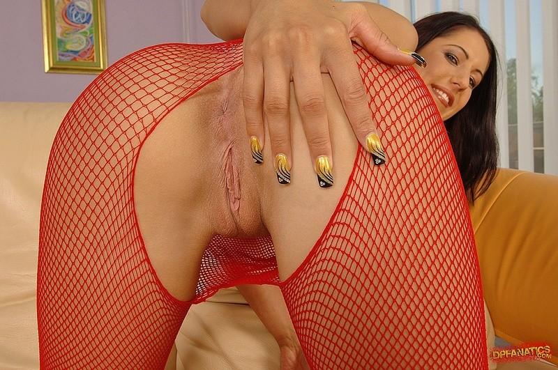 Самка в красных чулках соглашается на групповое порно, ее ставят раком и трахают два мощных мужика