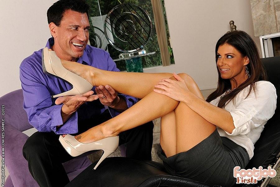 Инди Саммер сделала подарок на день рождения своему любовнику, разрешив кончить ей на ноги