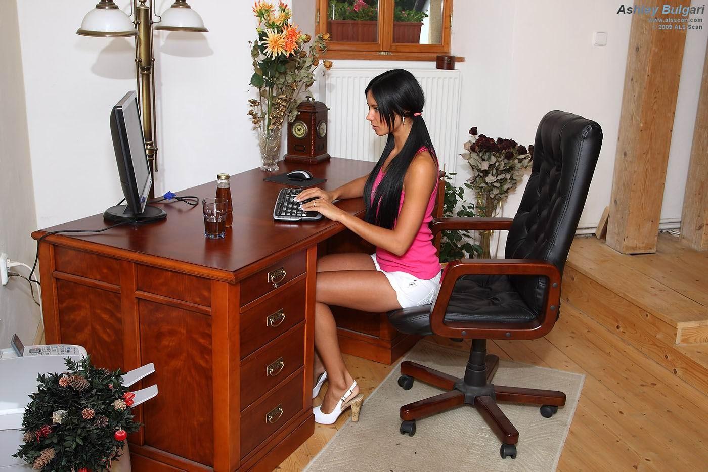 Эшли Булгари в офисном кресле позволяет себе расслабиться и показывает стройную фигурку