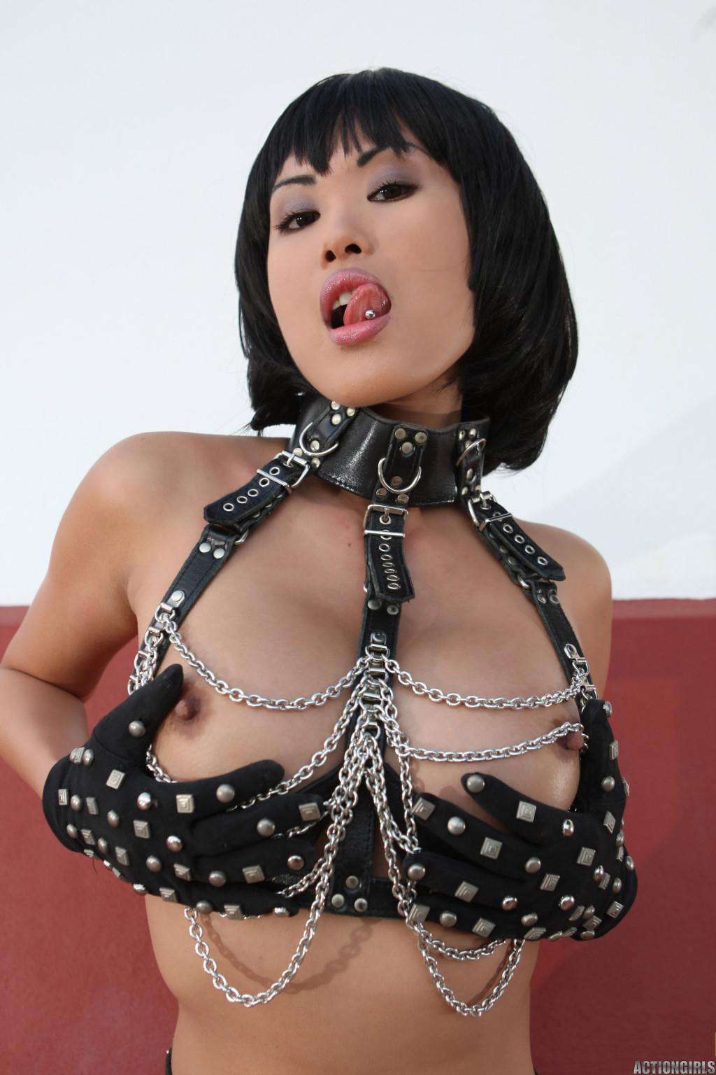 Азиатка в цепях оголит свою пизду, она сделает шикарные кадры, где видные ее розовые соски