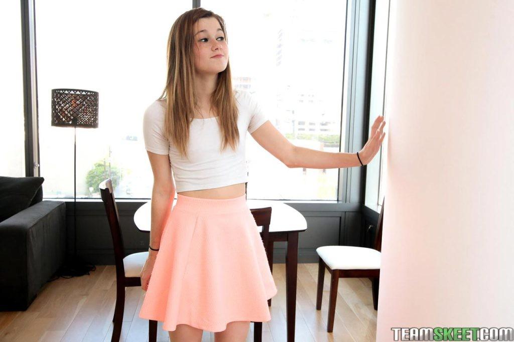 Привлекательной самке Алаине предлагают исполнить минет, она сомневается в своих способностях