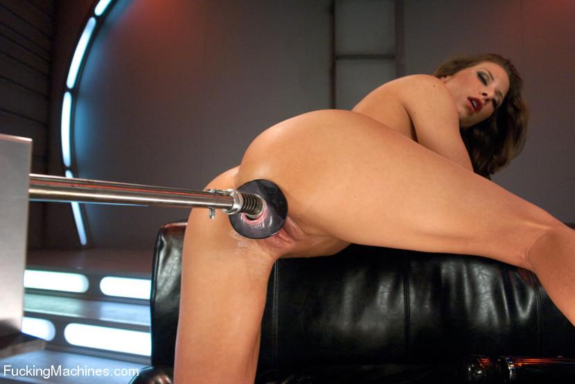 Телка согласилась на настоящее испытание, ее связали, а во все щели вставили мощные секс-машины