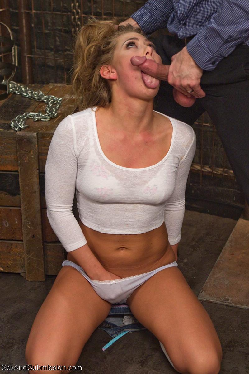 Девушка готова выполнять любые команды своего партнера, а он пользуется этим по полной программе