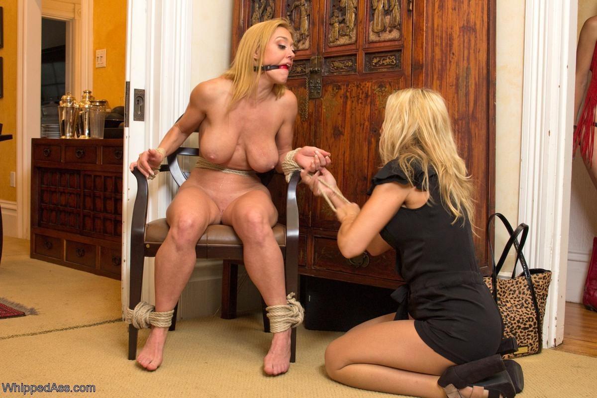 На этих фото можно будет увидеть, что делают с девушками, если их руки оказываются связаны веревкой