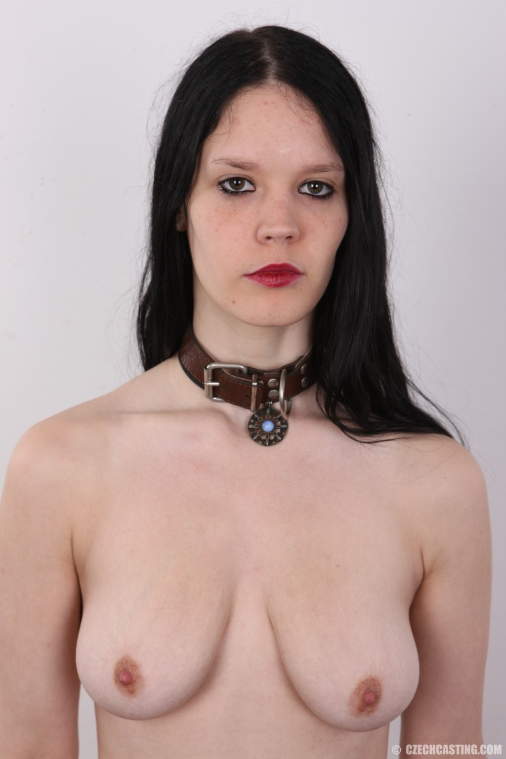 Эротическая фото сессия обнаженной брюнетки с некрасивыми сиськами