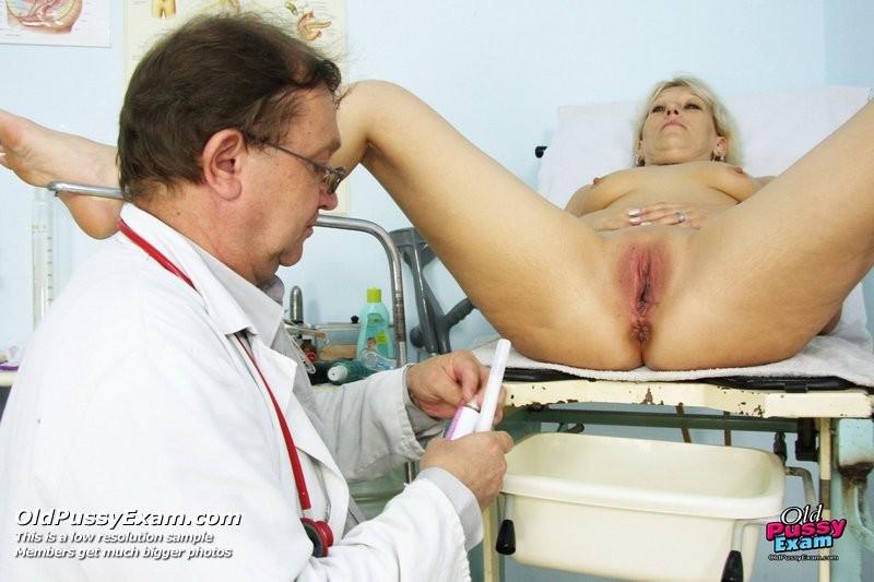 Романа приходит к гинекологу и полностью доверяется его опыту, а он пользуется этим и рассматривает ее всю
