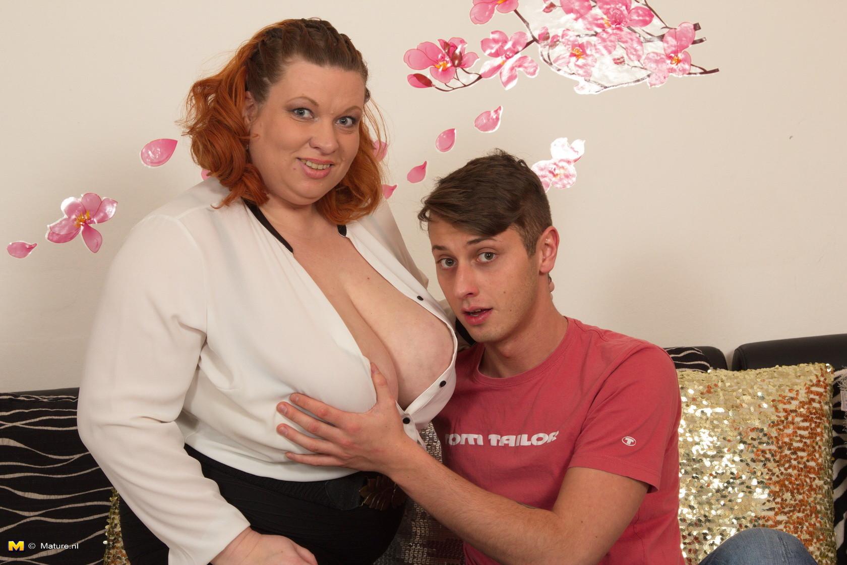 Женщина шокирует молодого парня объемом своих грудей
